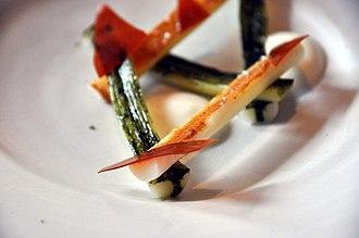 Noma (restaurant) - Image: Flickr cyclonebill Grillet porre med aske, hasselnød, yoghurt og karameliseret hønsesky