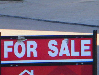 English: For Sale sign in yard