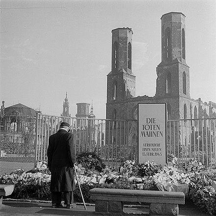 Memorial to the victims of the bombing of Dresden Fotothek df ps 0000328 Kranzniederlegung anlasslich des 13. Februar 1945 mit Erin.jpg