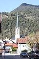 Garmisch-Partenkirchen, die Badgasse, Nordteil, Blick zur Kirche Mariä Himmelfahrt.JPG