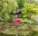 Gebouw aan overkant water in de Chinese tuin Het Verborgen Rijk van Ming in de Hortus Haren.jpg