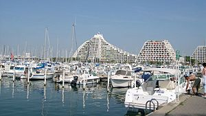 Le port de La Grande-Motte et la grande pyramide