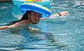 Grandes pasos bajo el agua con sombrero kitsch (3729851364).jpg