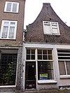 foto van Huis met ingezwenkte halsgevel, waarlangs uitgemetselde rollaag. Een geheel met nr 20