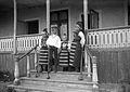 Gruppbild i trappan. Barn i folkdräkter - Nordiska Museet - NMA.0056943.jpg