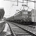HUA-167728-Afbeelding van de electrische locomotief nr. 1147 (serie 1100) van de N.S. met twee rijtuigen plan W tijdens een proefrit te Utrecht C.S.jpg