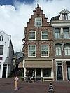 foto van Pand met Haarlemse trapgevel bekroond door zandstenen leeuw