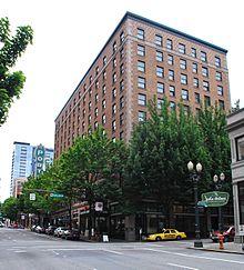https://upload.wikimedia.org/wikipedia/commons/thumb/5/59/Heathman_Hotel_2014_-_Portland,_Oregon.jpg/220px-Heathman_Hotel_2014_-_Portland,_Oregon.jpg
