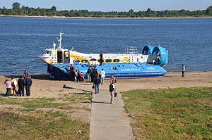 Hivus-48 hovercraft working at Nizhniy Novgorod-Bor crossing.jpg