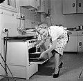 Huisvrouw in modelkeuken bezig met het maken van een taart., Bestanddeelnr 252-1659.jpg