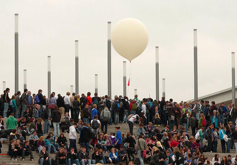 File:Ideenexpo Wetterballon.jpg