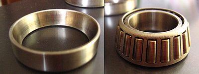 Cuscinetto a rulli conici: anello esterno (sx.) e insieme anello interno e gabbia rulli (dx.).
