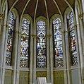 Interieur kapel, koor met gebrandschilderde glas in loodramen - Dongen - 20336991 - RCE.jpg