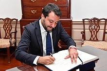 Salvini firma il libro degli ospiti del segretario di Stato USA Mike Pompeo, 17 giugno 2019.