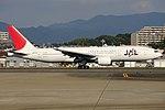 JapanAirlines B777-200 fukuoka 20121103152504.jpg