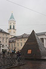 Karlsruhe, Stadtkirche und Pyramide.JPG