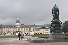 Karlsruhe, das Schloss und das Denkmal für Karl Friedrich von Baden.JPG
