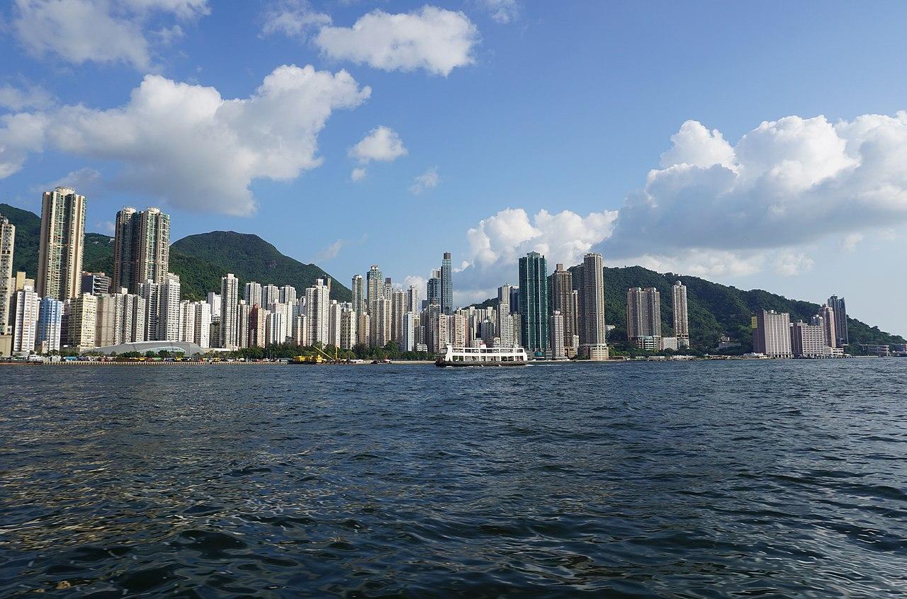 這張圖片的 alt 屬性值為空,它的檔案名稱為 1280px-Kennedy_Town%2C_Hong_Kong_%28wider_view%29.jpg