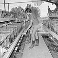 Kibboets Nir Elyahu Kibboetsbewoners bezig met het verzamelen van kippeneieren , Bestanddeelnr 255-3742.jpg