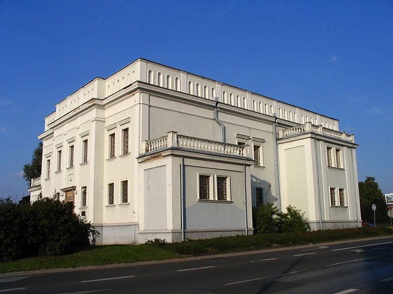https://upload.wikimedia.org/wikipedia/commons/thumb/5/59/Kielce_synagoga_front.jpg/800px-Kielce_synagoga_front.jpg