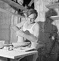 Kunstenaarskolonie Ein Hod. Een pottenbakker bezig met het draaien van aardewerk, Bestanddeelnr 255-2774.jpg