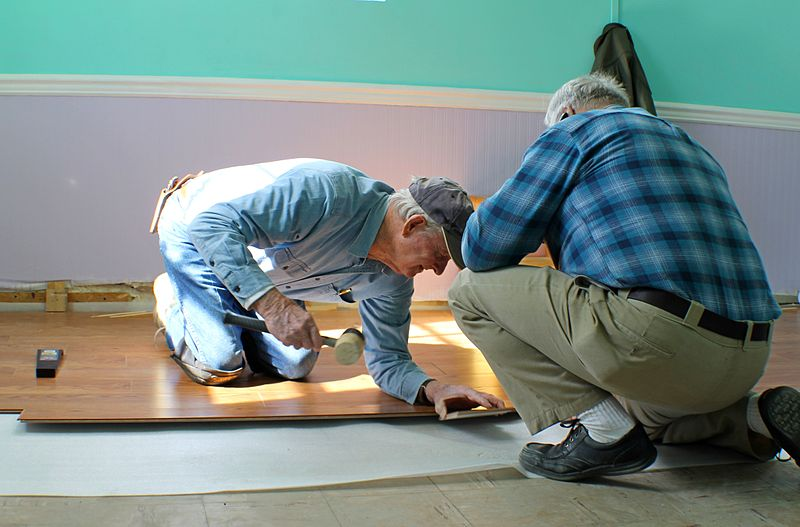 File:Laminate floor assembly - setting tongue and groove.JPG