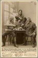 Lars Anders och Jan Anders och deras barn, Södra teatern 1894. Rollporträtt - SMV - H10 003.tif
