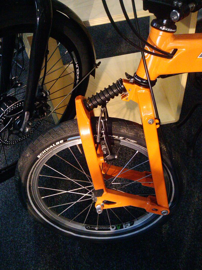 https://upload.wikimedia.org/wikipedia/commons/thumb/5/59/Leading_link_bicycle_fork_on_a_Birdy_folding_bike.jpg/675px-Leading_link_bicycle_fork_on_a_Birdy_folding_bike.jpg