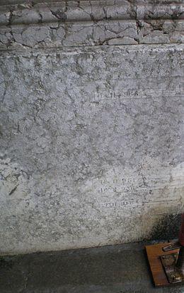 Segni storici dei livelli massimi di marea raggiunti incisi su un muro perimetrale di Ca' Farsetti, sede del Comune di Venezia