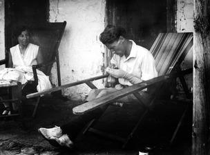 Livet på terrassen, Alfred Westholm stoppar strumpor. Macheras. exteriör - SMVK - C06009.tif
