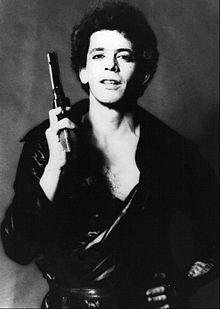 Lou Reed con una pistola in mano, in una famosa foto degli anni settanta.