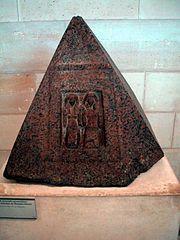 pyramidion du grand intendant de Memphis Iniouia