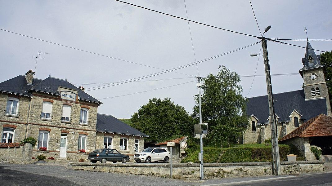 Méry-Prémecy, sa place avec l'église et la mairie.