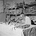 Man maakt thorarollen achter een volle werktafel, Bestanddeelnr 255-2342.jpg