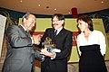 Marcano entrega al actor Josep Maria Flotats el Premio Mayte de Teatro de Cantabria.jpg