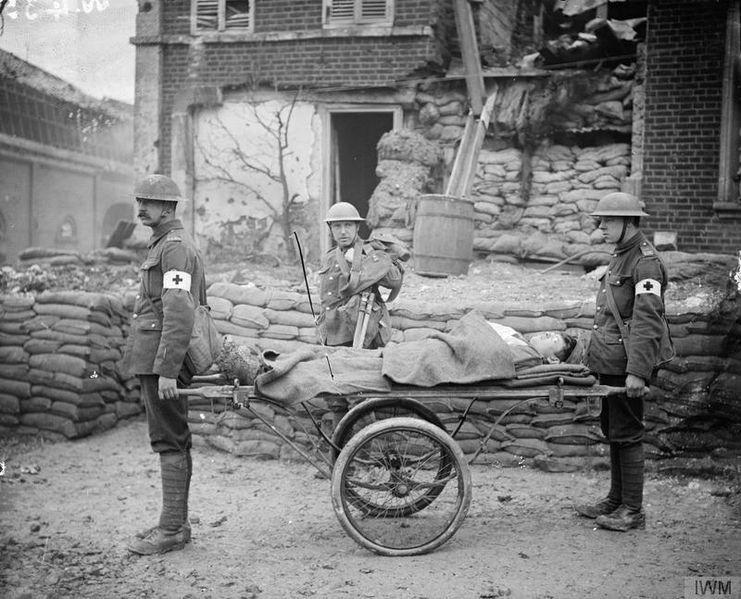 Archivo: Medicina durante la Primera Guerra Mundial - Transporte médico Q33419.jpg