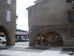 Monségur (Gironde), arcadenplein.JPG
