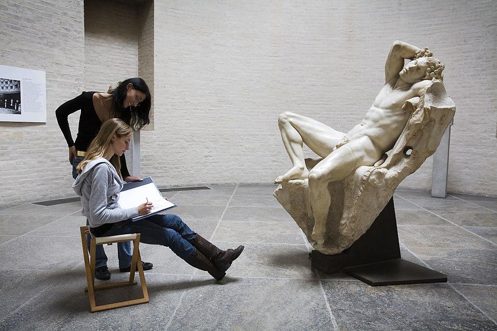 Munich - Two young women drawing - 5814
