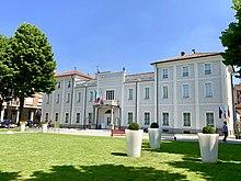 In primo piano parte della nuova piazza Marconi, sullo sfondo il Municipio di Vinovo.
