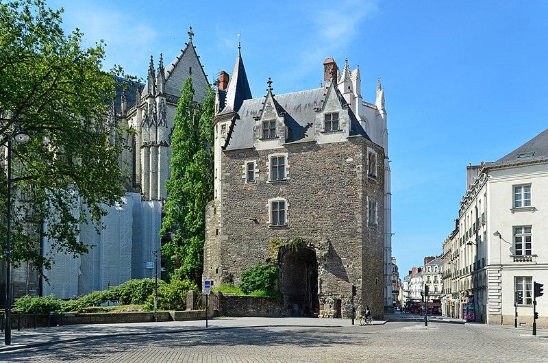 LE VESTIGE DE LA PORTE SAINT-PIERRE 800px-Nantes_-_Porte_Saint-Pierre_01