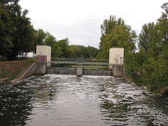Narušená ekologická rovnováha - regulovaný tok, hrádza, znečistenie vody