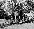 O'Sullivan, Timothy H. - Gerichtshaus von Appomattox, Virginia, Zivilisten vor dem Hotel (Zeno Fotografie).jpg