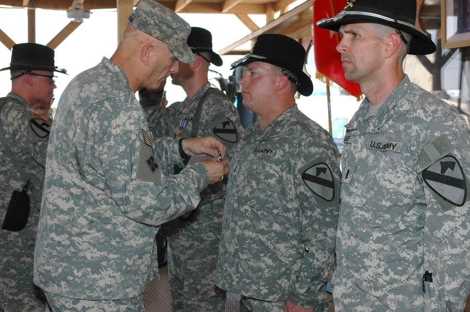 Odierno presents DFCs army mil-2007-11-14-093424