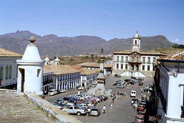 Square in Ouro Preto by Bgabel at wikivoyage shared [GFDL (https://www.gnu.org/copyleft/fdl.html) or CC-BY-SA-3.0-2.5-2.0-1.0 (https://creativecommons.org/licenses/by-sa/3.0)], via Wikimedia Commons