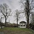 Overzicht muziektent met koepeldak en houten borstwering, gezien vanaf de kerk - Amsterdam - 20409496 - RCE.jpg