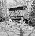 Overzicht rechter zijgevel draaibaar houten TB-huisje - Oostvoorne - 20353487 - RCE.jpg
