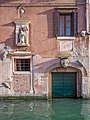 Palazzina con maschere Rio degli Ognissanti Dorsoduro a Venezia.jpg