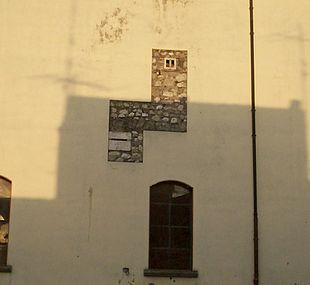 Particolare della facciata dell'ex monastero dove si notano gli usci delle celle delle clarisse.