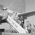 Passagiers gaan aan boord van een toestel van luchtvaartmaatschappij El Al, Bestanddeelnr 255-3120.jpg