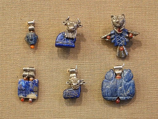 Pendants, Tell Asmar, North Palace, room E 16 in hoard 11, Early Dynastic period, 2900-2350 BC, lapis lazuli, silver, carnelian - Oriental Institute Museum, University of Chicago - DSC07316